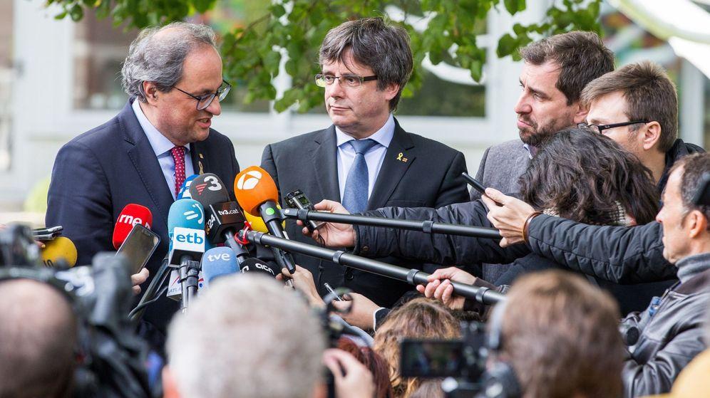 Foto: El presidente de la Generalitat, Quim Torra (i), atiende a los medios de comunicación tras reunirse con el expresidente catalán Carles Puigdemont (c). (EFE)