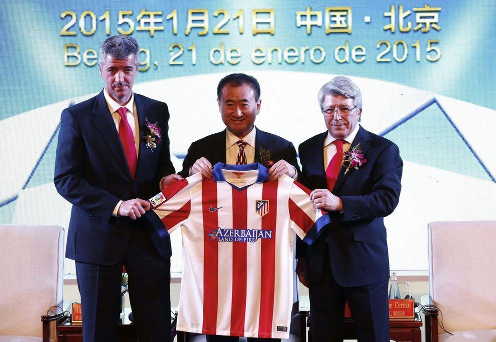 Foto: El Atlético es campeon de Liga... y de deuda; en la imagen, Wang Jianlin, nuevo accionista del club, junto a Miguel Ángel Gil y Enrique Cerezo (EFE)