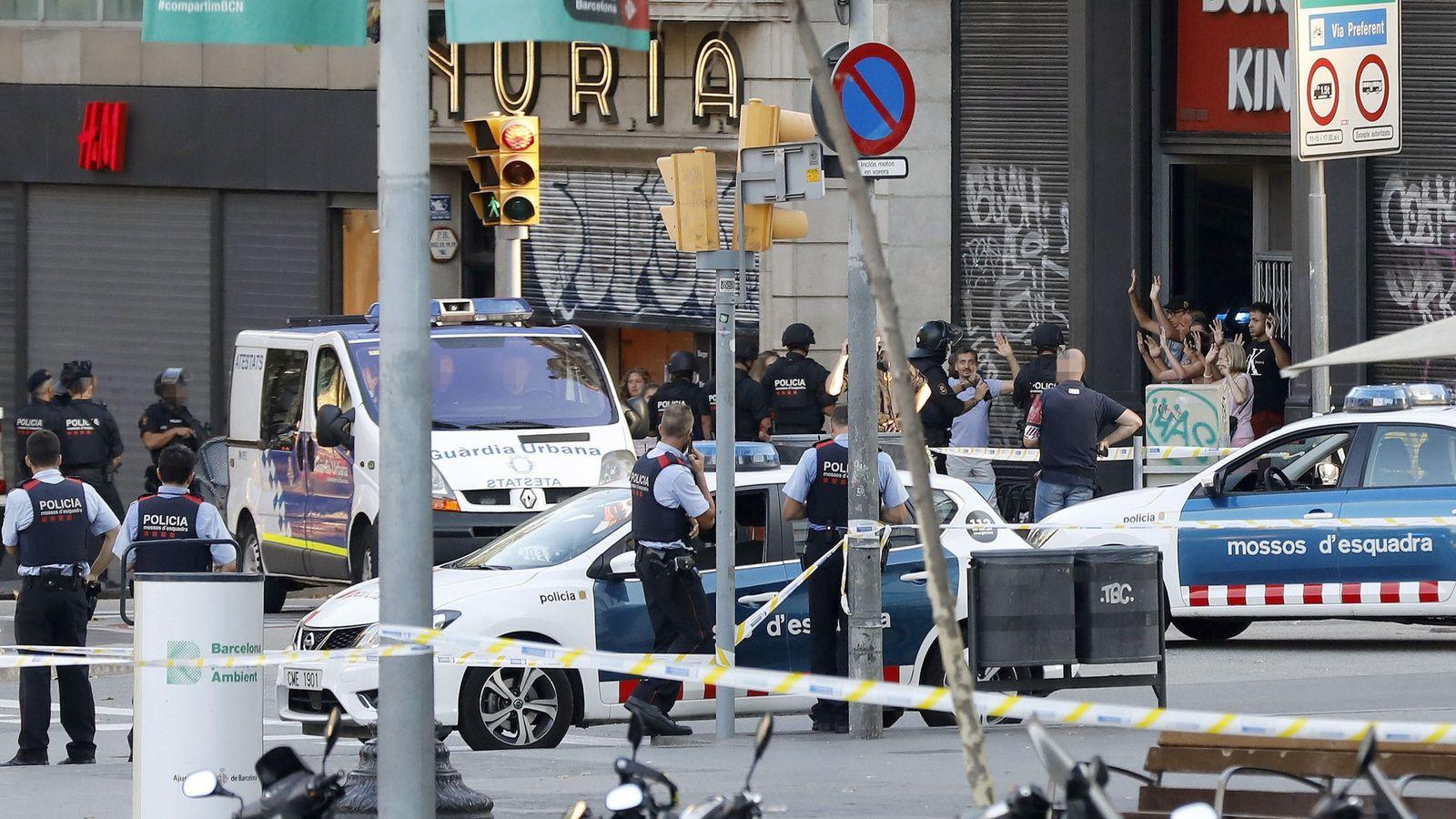 Foto: Despliegue policial en el lugar del atentado ocurrido el 17 de agosto de 2017 en las Ramblas de Barcelona. (EFE)