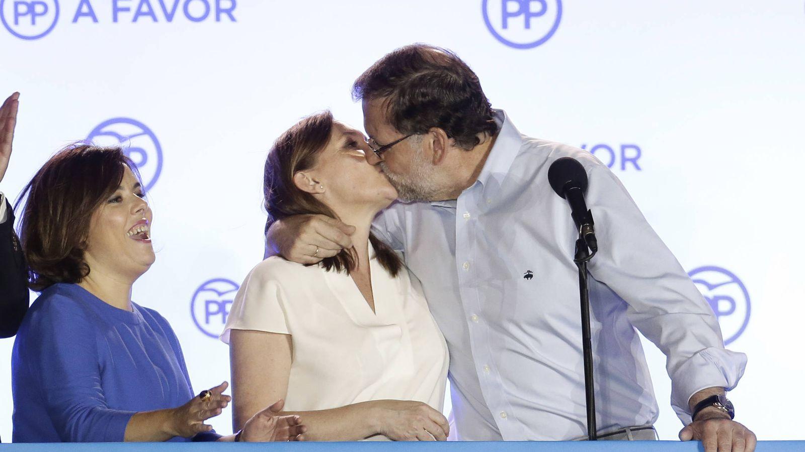 Foto: El beso de Rajoy y Viri Fernández (Gtres)