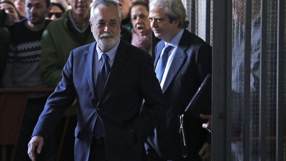 Foto: El expresidente andaluz José Antonio Griñán a su llegada a los juzgados de Sevilla para declarar en el caso de los ERE. (Efe)