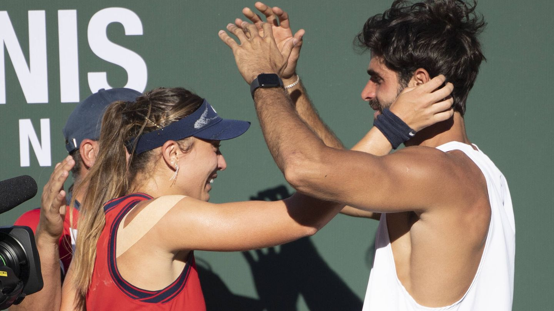 Paula Badosa y Juan Betancourt se abrazan ayer en el torneo Indian Wells. (Gtres)