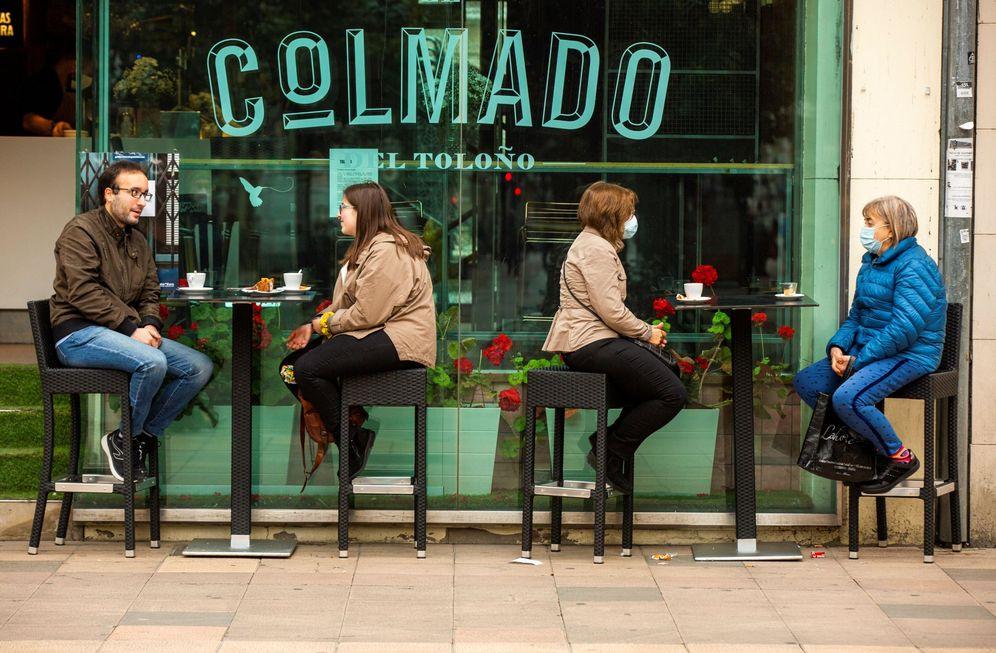 Foto: Varios clientes, en una terraza de Vitoria, este martes. (EFE)