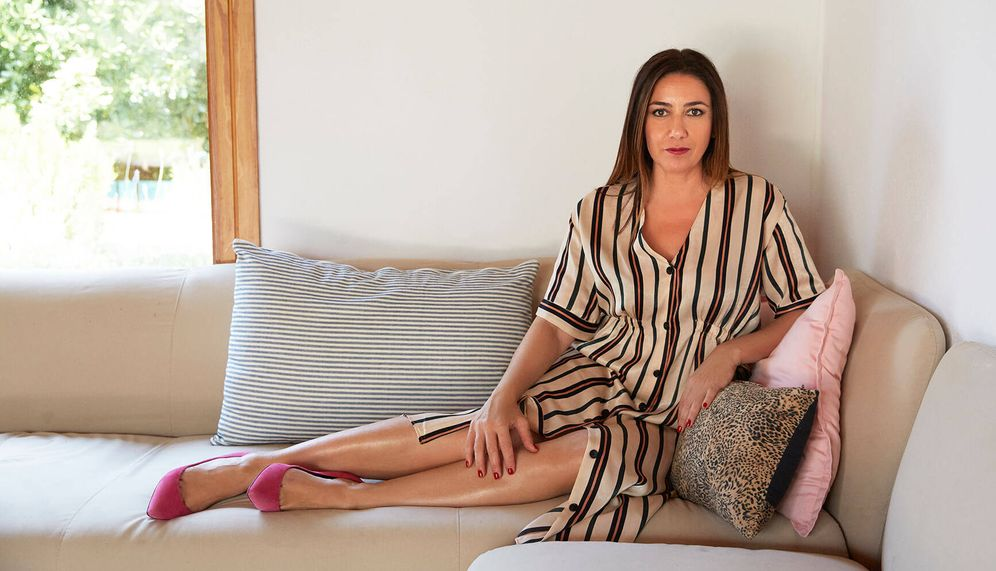 Foto: Úrsula Mascaró en su casa de Menorca. La diseñadora lleva vestido de rayas de Trafaluc, zapatos de Úrsula Mascaró. (Foto: Leticia Díaz)