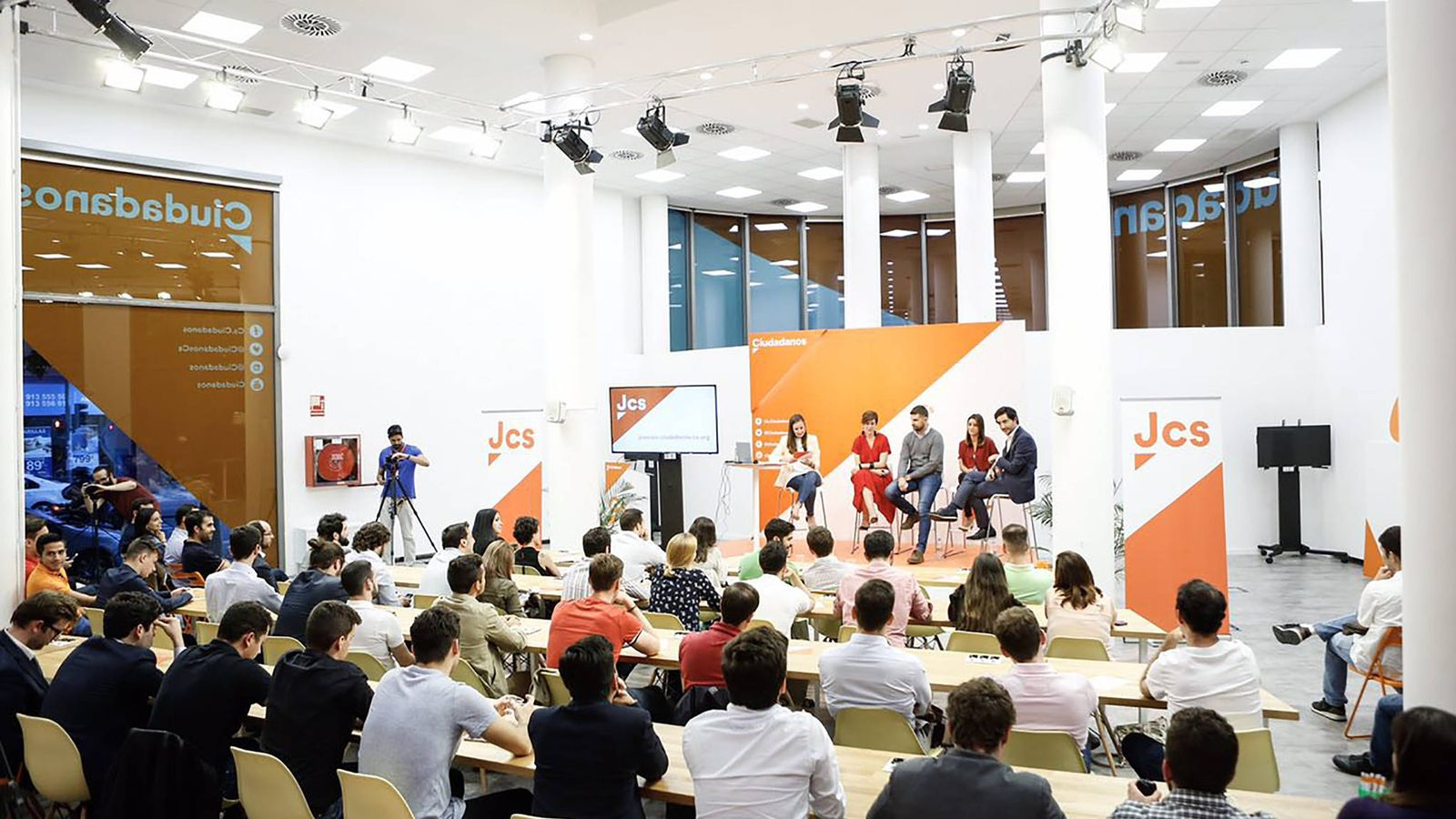 Foto: Primer acto de Jóvenes Ciudadanos hace apenas unos días en la sede de Madrid. (Pedro Ruiz)