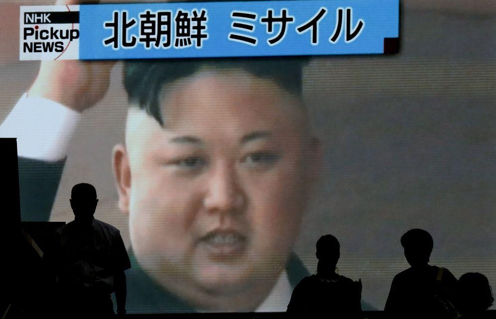 Foto: Varios viandantes ante una pantalla que muestra al líder norcoreano Kim Jong-un mientras se informa del lanzamiento de un misil. (EFE)