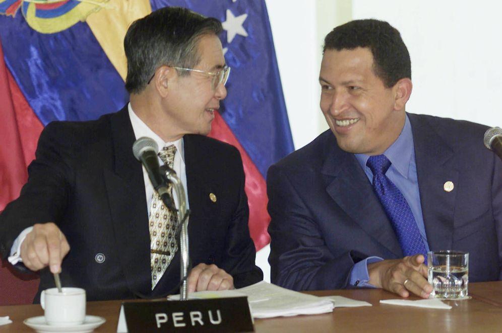 Foto: Un Hugo Chávez que apenas se estrenaba en el poder saluda a un Fujimori a quien apenas le quedaban meses en la presidencia, durante la Cumbre Andina en Lima, en junio de 2000. (Reuters)
