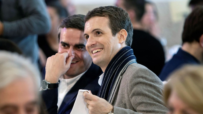 El presidente del Partido Popular, Pablo Casado (d), junto al número uno de los populares de Cádiz al Parlamento andaluz, Pepe Ortiz. (EFE)