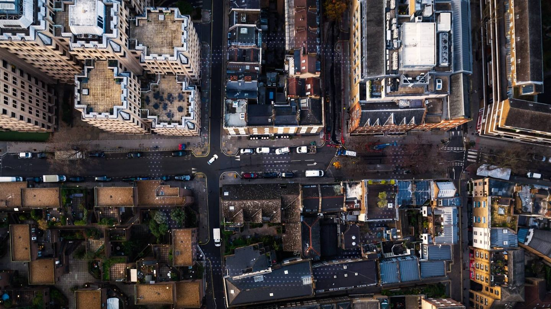 Al tener conectadas las infraestructuras con inteligencia artificial, los sensores pueden aprender a raíz de sus grabaciones, alertando de posibles riesgos que surjan en determinadas zonas.