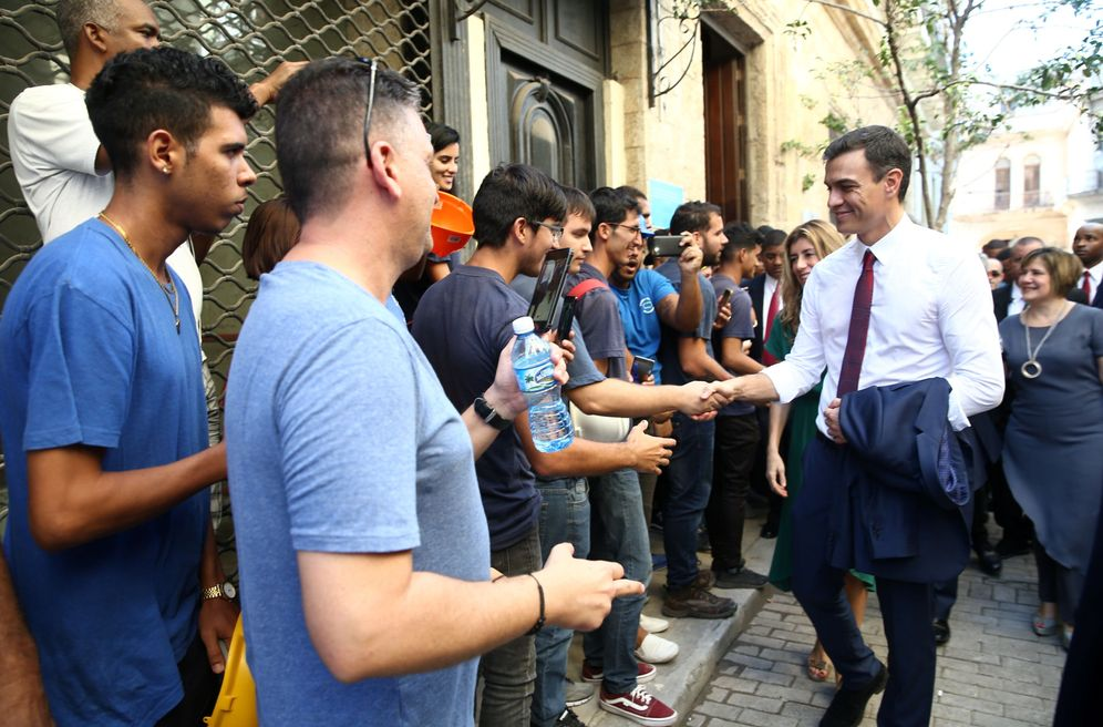 Foto: Pedro Sánchez pasea por La Habana Vieja, este 23 de noviembre, antes de su rueda de prensa en la residencia del embajador en Cuba. (EFE)