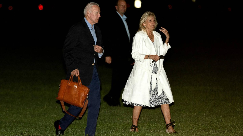 Los Biden, llegando de viaje. (Reuters)