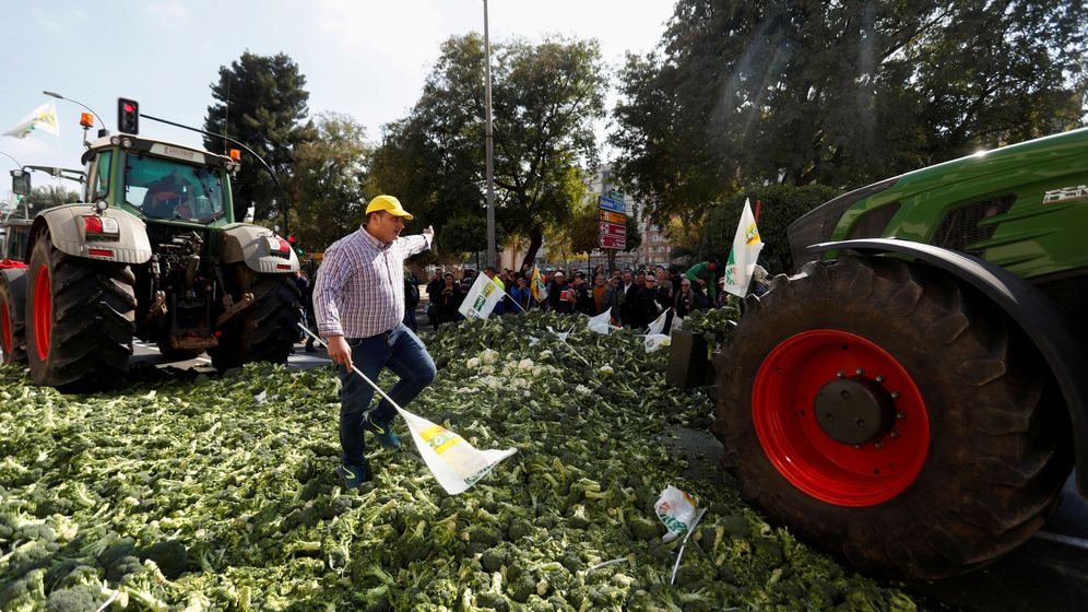 Foto: File photo: farmers drive their tractors over vegetables during a protest of spanish farmers and ranchers against low tariffs and distribution costs in the agriculture sector in murcia