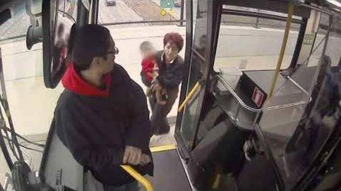Una conductora de autobús rescata a un bebé perdido en la calle