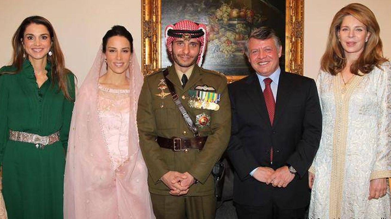 Hamzah, en su segunda boda con su madre, su hermano y su cuñada. (Corte hachemita)