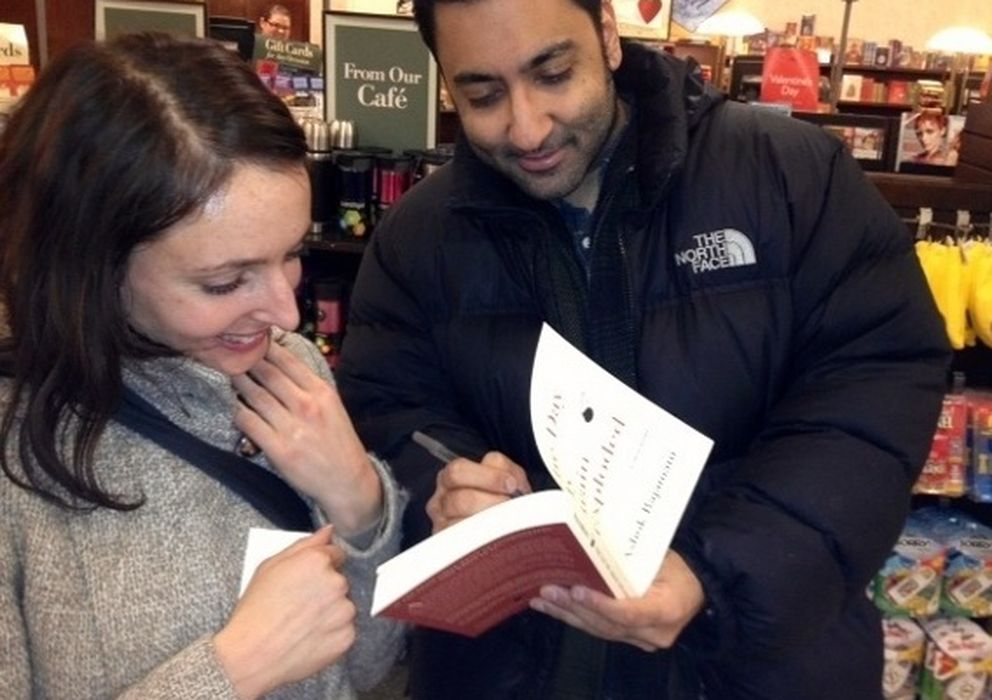 Foto: Rajamani, con una admiradora, durante una firma de libros.