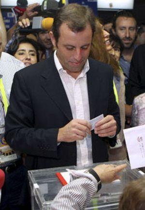 """Sandro Rosell vota entre cánticos de """"¡presidente, presidente!"""""""
