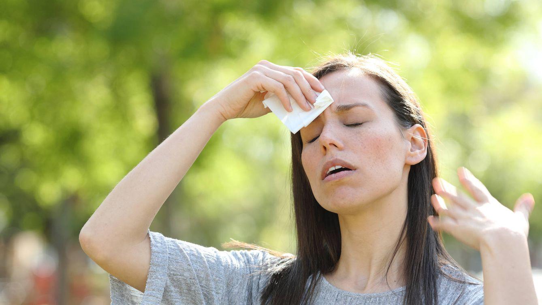 Foto: Mujer secándose el sudor en plena ola de calor. (iStock)