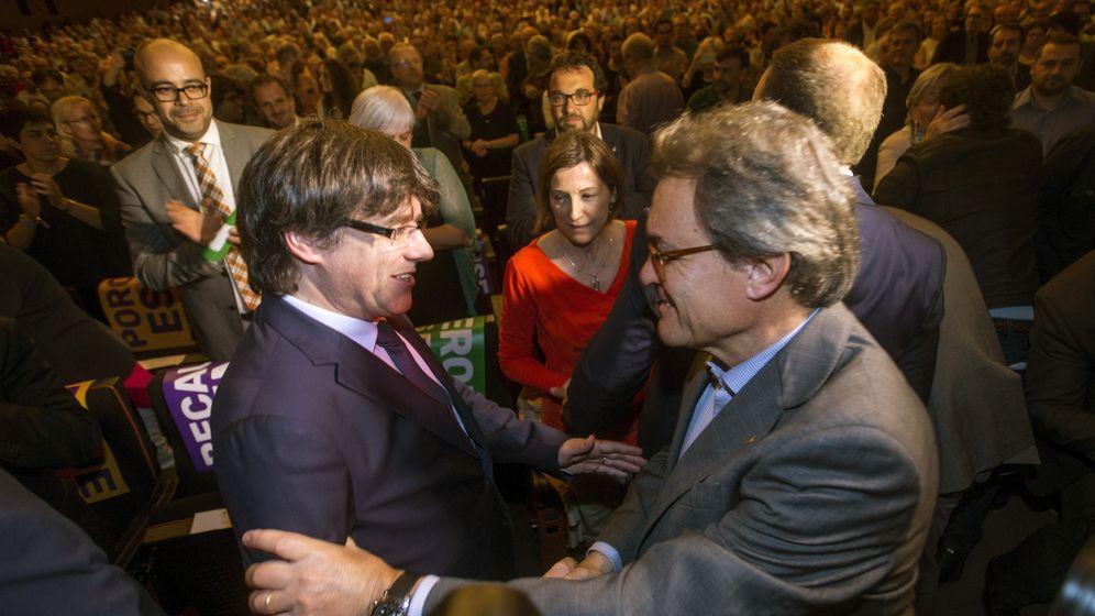 Foto: Carles Puigdemont y Artur Mas en el acto central del pacto nacional por el referéndum. (EFE)