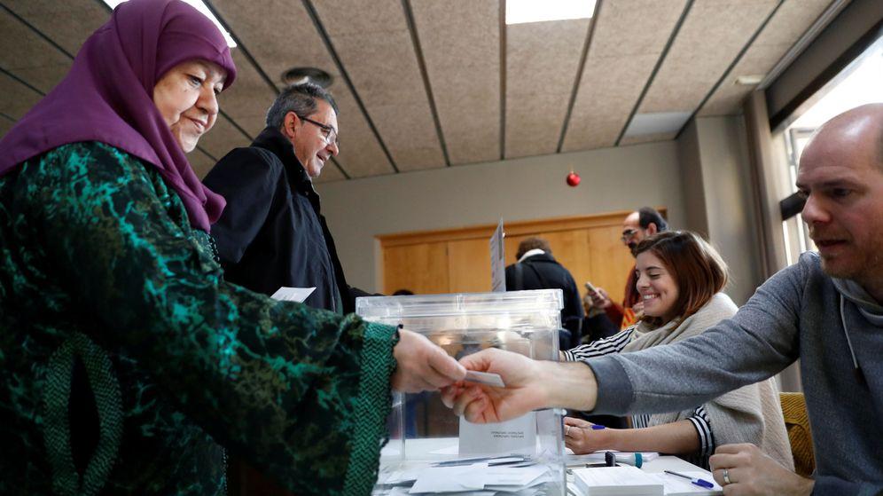 Foto: Una ciudadana participa en las elecciones. (Reuters)
