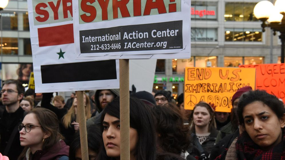 Foto: Manifestación contra el bombardeo estadounidense en Siria, en Nueva York, el 7 de abril de 2017. (Reuters)