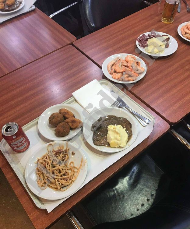 Foto: Imagen de la cena de Navidad en la que aparecen también langostinos, embutidos, queso y cerveza. (El Confidencial)