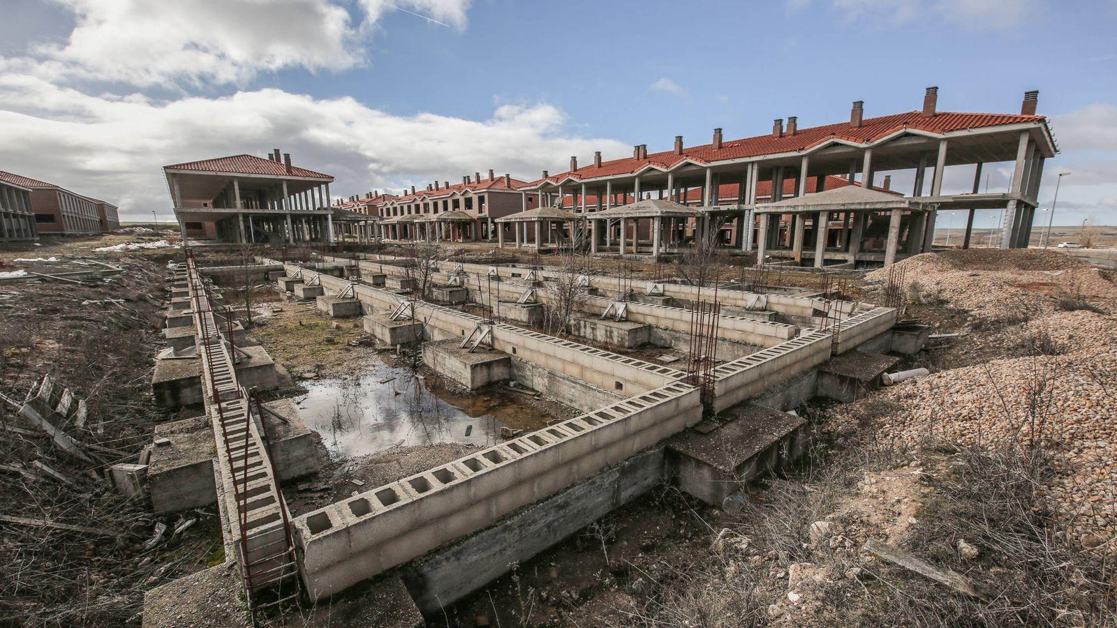 Foto: Viviendas en distintas fases de construcción en la urbanización Ciudad Jardín Soto del Real (Buniel).