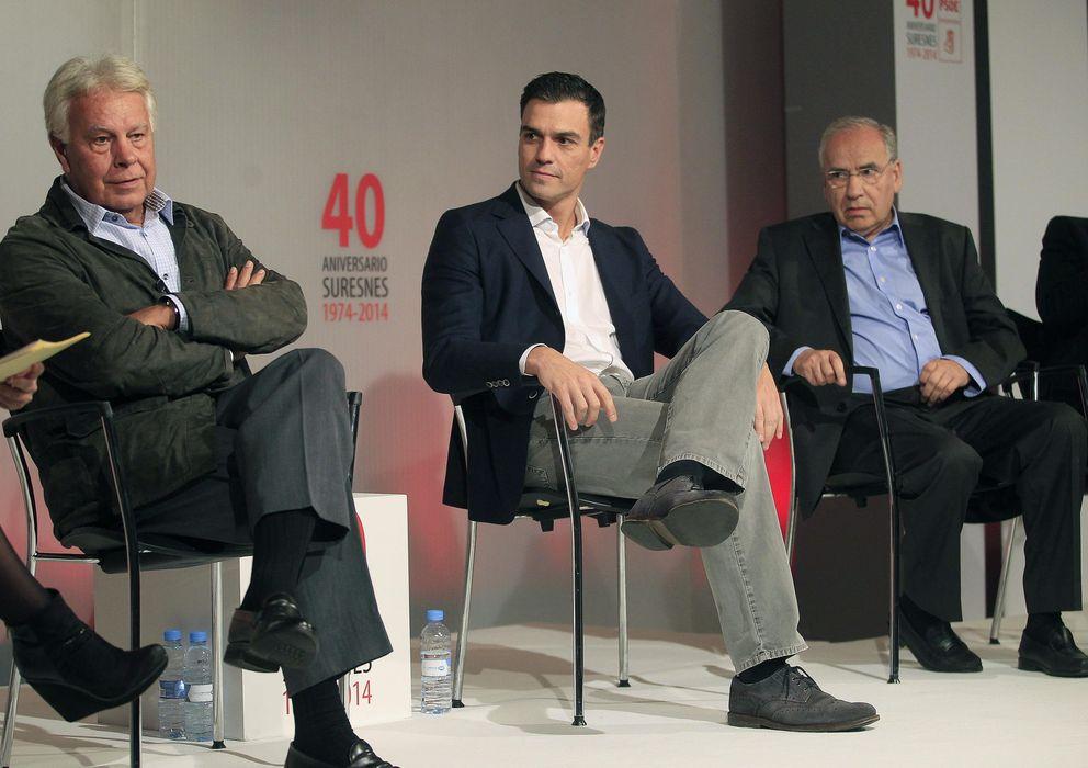 Foto: González, Pedro Sánchez y Alfonso Guerra (EFE)