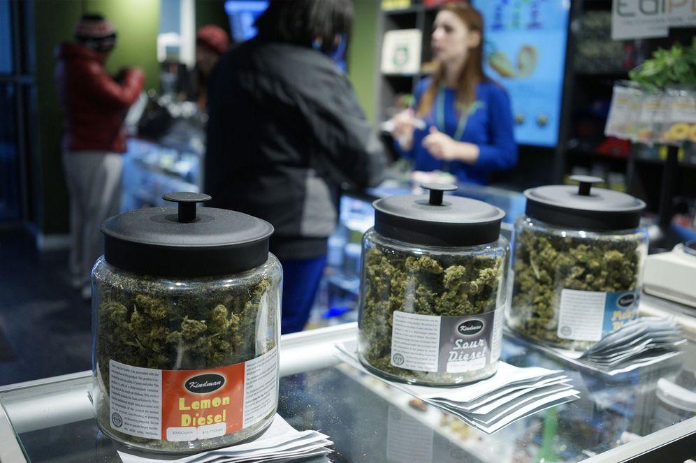 Foto: Clientes en una tienda que vende legalmente marihuana en Denver, Colorado, en enero de 2014 (Reuters).