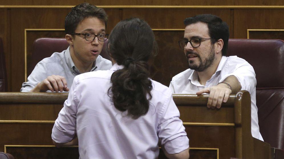 Foto: Pablo Iglesias, de espaldas, conversa con Íñigo Errejón y Alberto Garzón durante un pleno en el Congreso. (EFE)