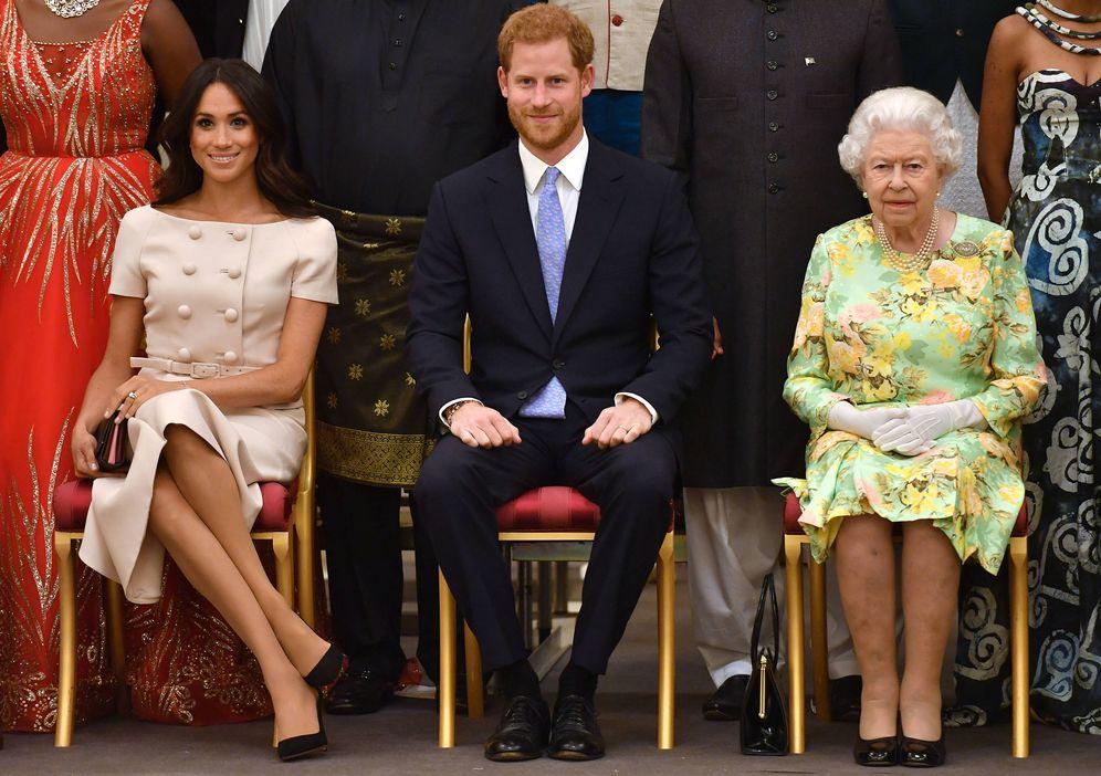 Foto: Los duques de Sussex con la reina Isabel, en los Queen's Young Leaders Awards. (Getty)