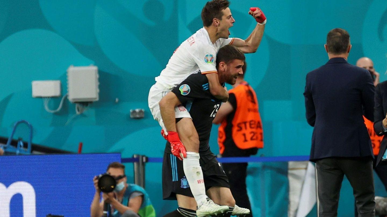 Azpilicueta celebra junto a Unai Simón el triunfo en los penaltis frente a Suiza. (EFE)
