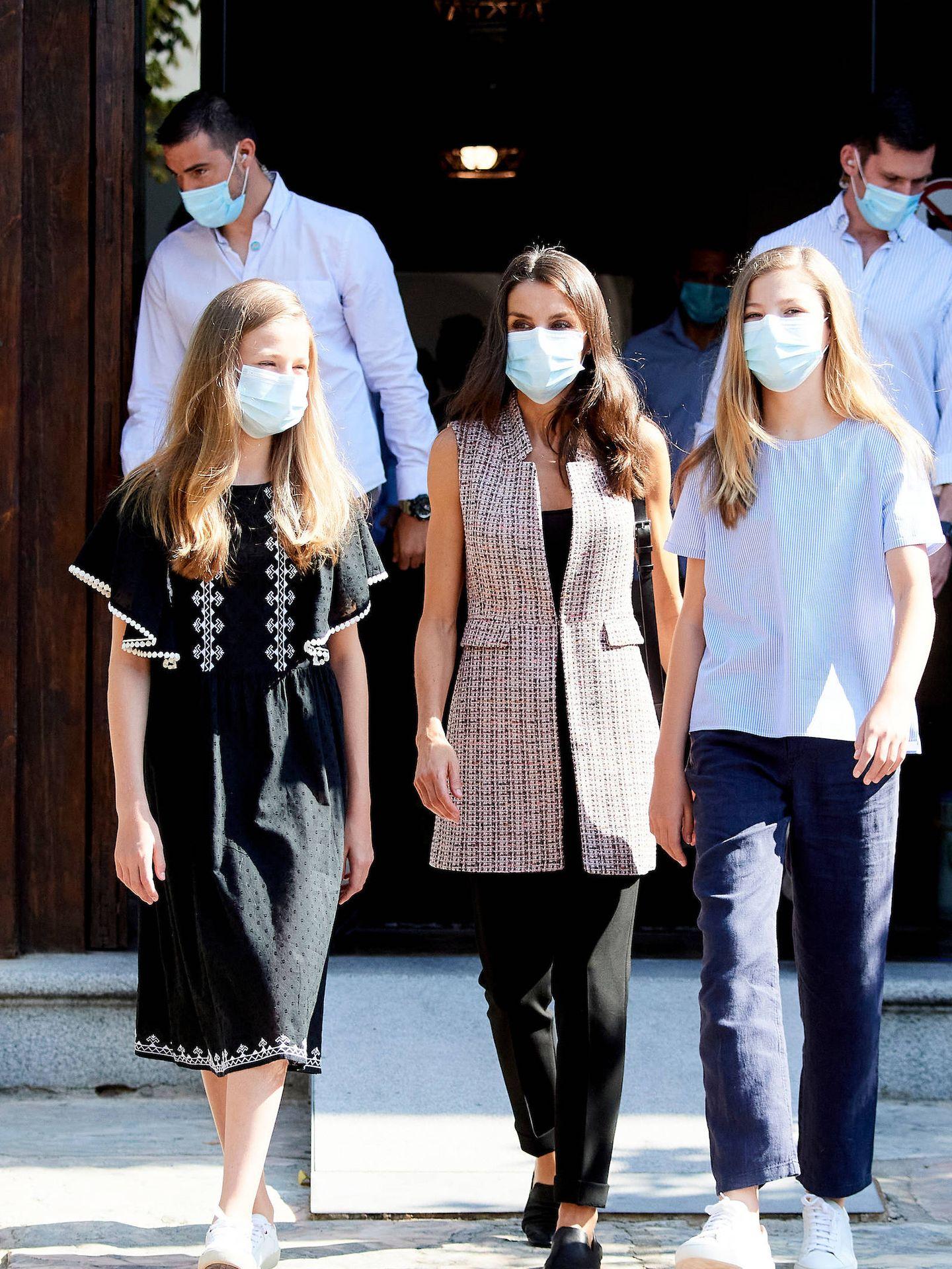 Letizia y sus hijas, ambas con zapatillas de color blanco. (LP)