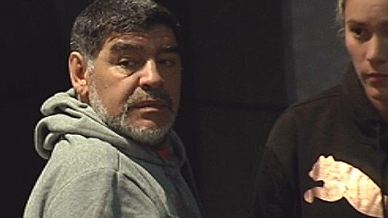 Maradona, junto a su novia Rocío Oliva en el hotel de Madrid donde se hospedaba. (EFE)