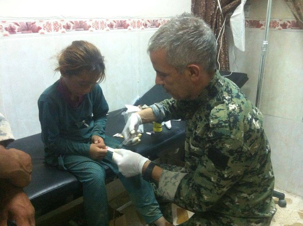 Foto: El Doctor Delil atiende a una niña yadizí en un clínica de campaña de las YBS.