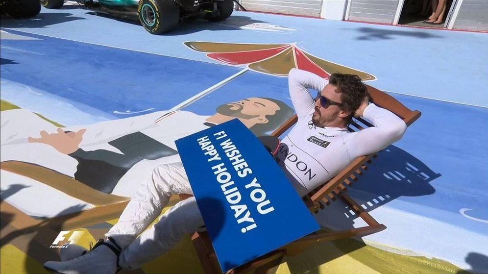 Foto: Alonso, tumbado después del GP de Hungría. (Formula 1)