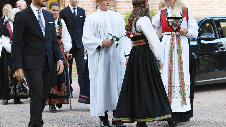 Sverre Magnus acompañado de su familia en el día de su confirmación. (Getty)