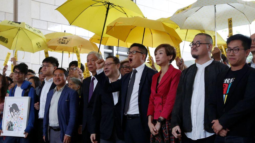 Foto: Activistas prodemocracia del movimiento de los paraguas se manifiestan frente al tribunal que los juzga en Hong Kong, el 19 de noviembre de 2018. (Reuters)