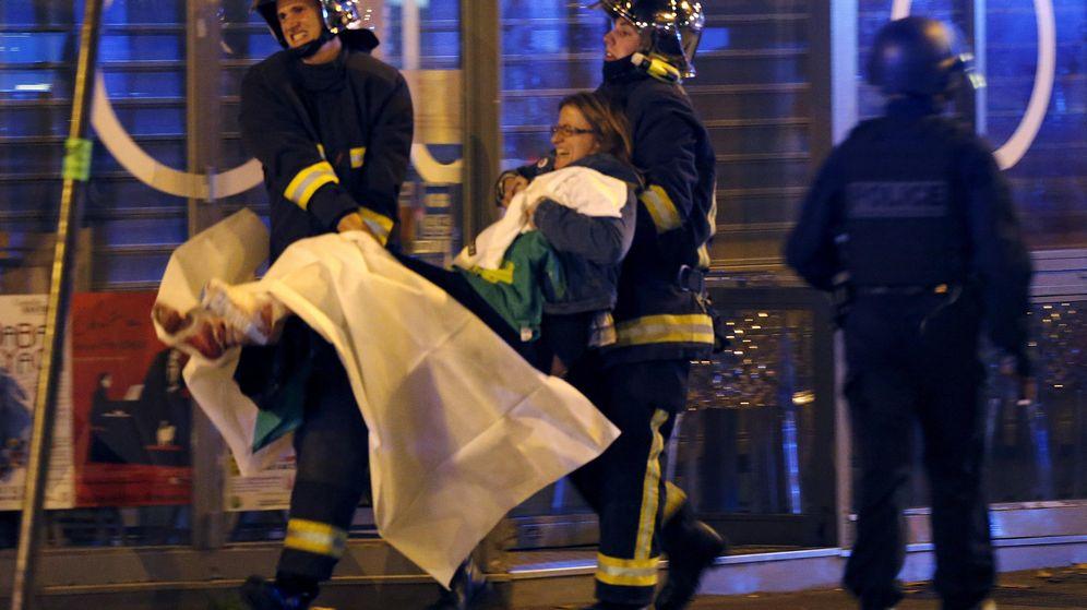 Foto: Bomberos de París ayudan a una de las heridas cerca de la sala Bataclan, en París. (Reuters)