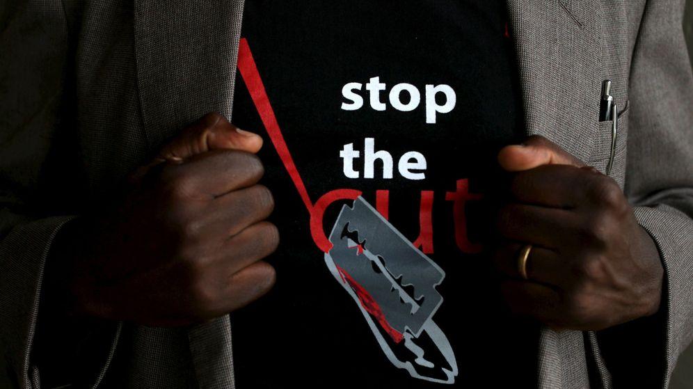 Foto: Un hombre viste una camiseta con el eslogan 'Paremos la ablación', en Kenia. (Reuters)