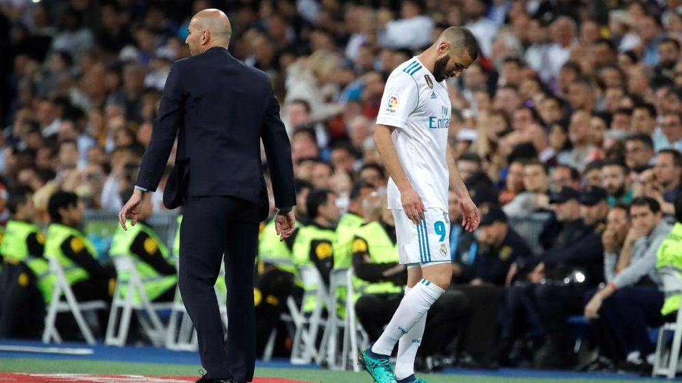 Foto: Benzema, cabizbajo, pasa al lado de Zidane tras ser cambiado. (EFE)