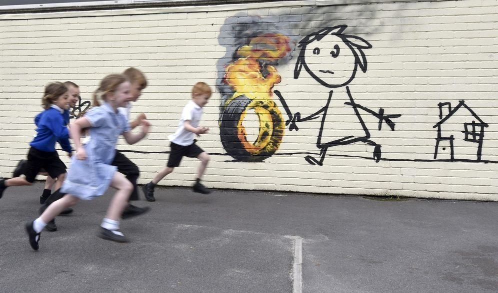 Foto: Mural de banksy en un colegio del Reino Unido (EFE)