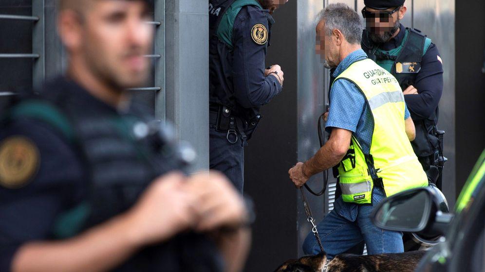 Foto: Registro que los agentes de la Guardia Civil llevaron a cabo durante la operación Judas. (EFE)