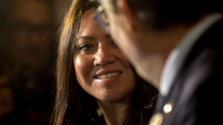 Marcela Topor junto a Quim Torra, el martes pasado en el Parlament de Catalunya. (EFE)