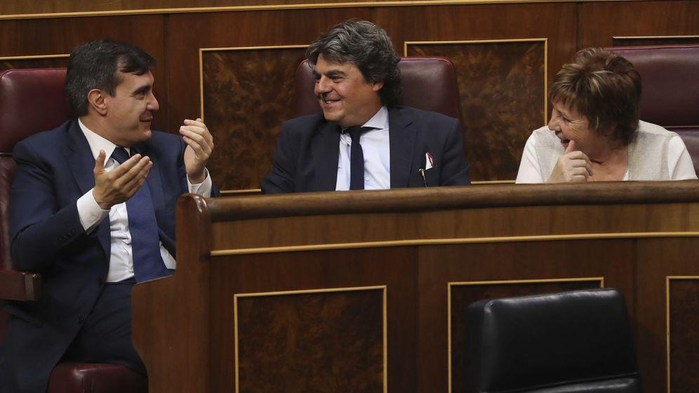 Foto: El exjefe de gabinete del presidente del Gobierno Jorge Moragas (d), junto a José Luis Ayllón. (EFE)