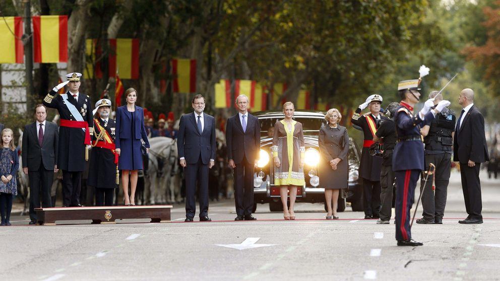 Carmena no 'planta' al Rey y se une a Cifuentes y Rajoy en la Fiesta Nacional