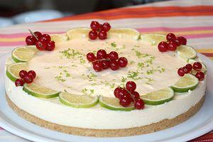 Original y vistosa: tarta de lima con grosellas