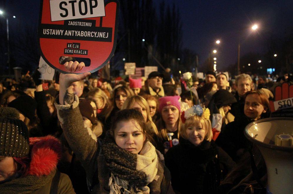 Foto: Protesta por los planes del Gobierno polaco para prohibir por completo el aborto, en Varsovia, el 23 de marzo de 2018. (Reuters)