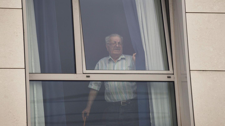 Un usuario se asoma a la ventana en la residencia de mayores de Zorrozgoiti en Bilbao (Bizkaia). (EFE)
