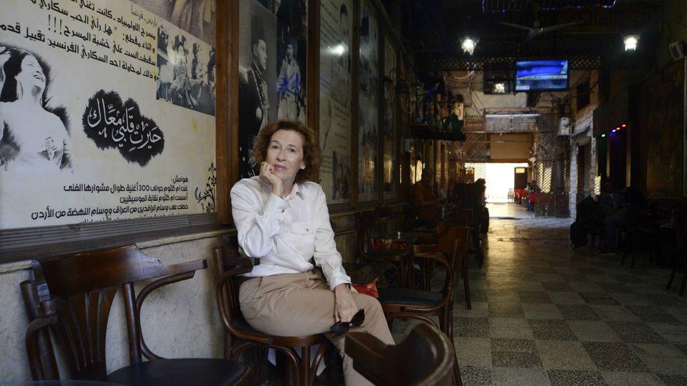 Foto: Julia Navarro en un café de Alejandría. (Juan Manuel Fernández)