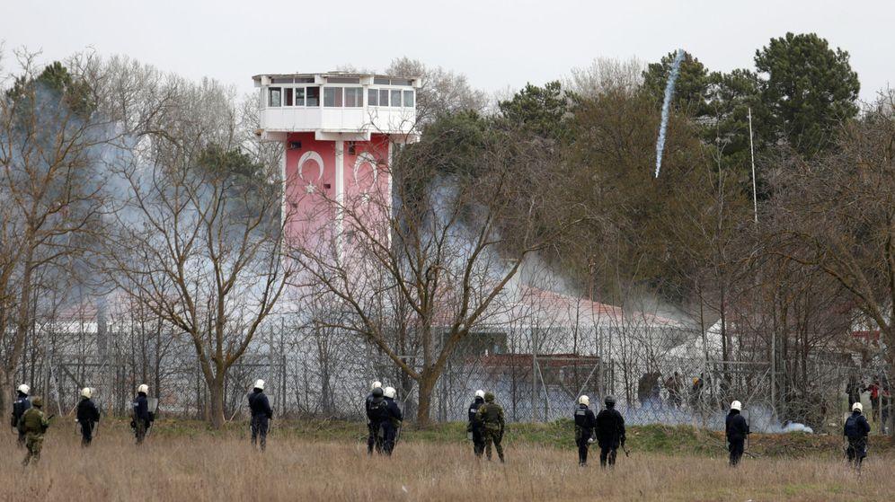 Foto: Policías griegos cerca de la frontera con Turquía. (Reuters)